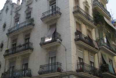Residential building for sale in the center of Barcelona for use as tourist rentals